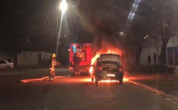 У Луцьку посеред вулиці вщент згоріло авто. ФОТО