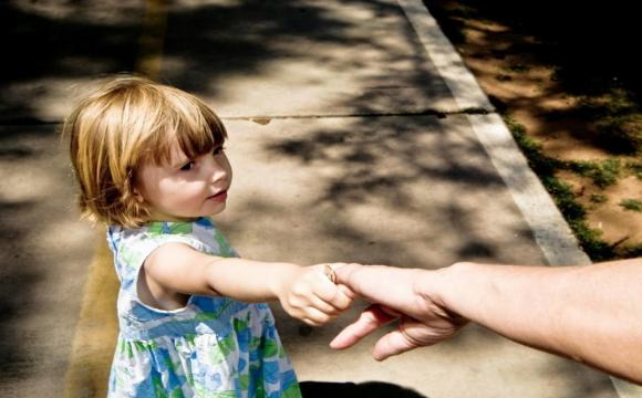 Відтепер сироти зможуть жити в прийомних сім'ях після 18 років