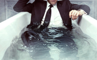 «Через спеку люди божеволіють»: як чоловік купався у костюмі. ВІДЕО