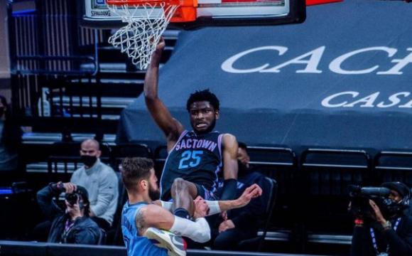 У НБА гравець зламав руку супернику, який зробив через нього данк. ВІДЕО