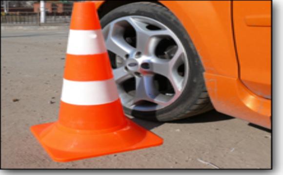Луцька водійка не помітила дорожній конус, і врізалась у нього. ФОТО