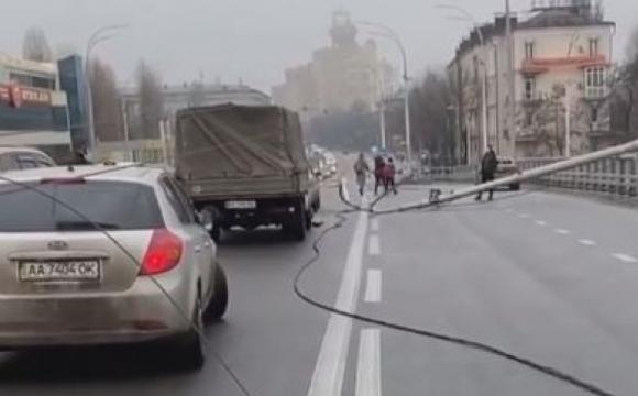 Пошкоджено 8 авто: у Києві на мосту одночасно впали три ліхтарі. ВІДЕО