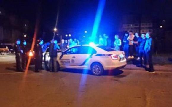 П'яний водій з групою підтримки заблокував автомобіль патрульних та звинувачував їх у пияцтві. ВІДЕО