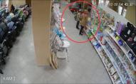 У Нововолинську жінка з маленькою дитиною обікрала магазин. ВІДЕО