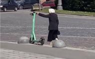 «Війна з роботами»: у Львові бабуся один за одним перекидала електросамокати. ВІДЕО