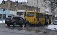 На вулиці Ковельській маршрутка «покотилася» на БМВ. ФОТО