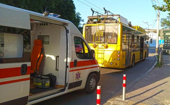 Неадекват із ножем напав на кондукторку тролейбуса