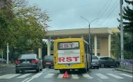 ДТП біля Палацу Учнівської Молоді: маршрутка та легковик не поділили дорогу. ФОТО