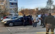 У луцькому супермаркеті чоловік побився з поліцейськими  через маску. ФОТО