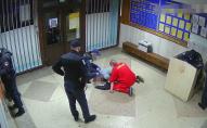 На очах у відвідувачів: поліцейський гумовим кийком побив затриманого у відділку