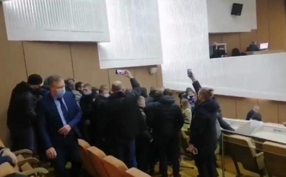 На сесії Сумської облради сталася бійка. ВІДЕО