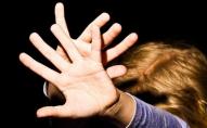 У селищі чоловік заманив 12-річну дівчинку в автомобіль та зґвалтував її