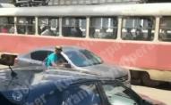 У Києві пасажир вискочив з трамвая і влаштував вендету автомобілю. ВІДЕО