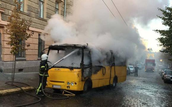 Водій та пасажири у салоні: у центрі міста згоріла маршрутка. ФОТО