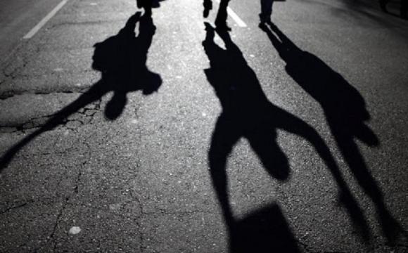 Зірвали ланцюжок: у Рівному двоє чоловіків пограбували напівпритомну жінку. ФОТО