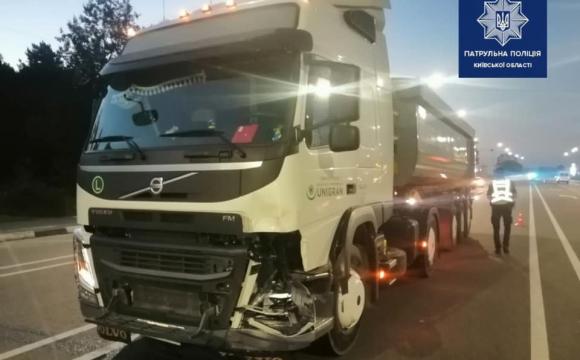 Жахлива ДТП на трасі Київ-Ковель: вантажівка переїхала мопед з двома людьми. ФОТО 18+