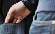 Кишеньковий злодій: у Луцьку чоловік грабує п'яних перехожих. ВІДЕО