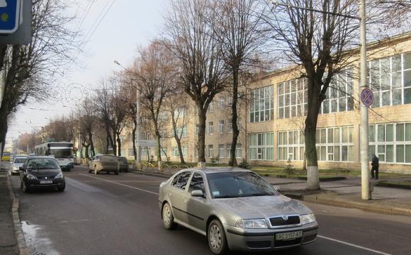 Депутати пропонують розширити проспект Волі і зробити більше паркомісць