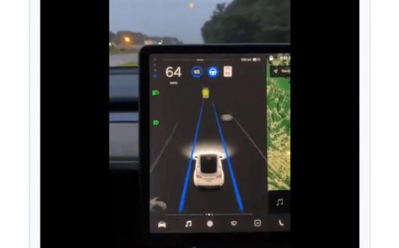 Автопілот Тесла сприйняв Місяць за жовтий сигнал світлофора. ВІДЕО