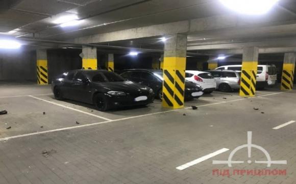 Заснув на капоті: у підземному паркінгу елітної Яровиці неадекват розтрощив десяток автівок. ФОТО. ВІДЕО