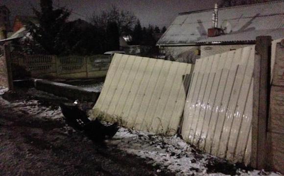 У Луцьку в нічній ДТП водій зніс дві секції забору та ворота. ФОТО