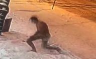 В центрі Луцька чоловік в самих трусах валявся в снігу. ФОТО. ВІДЕО