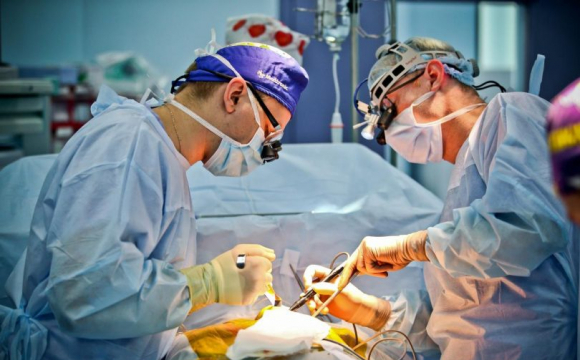 Хірурги волинської лікарні провели складні операції одразу двом пацієнтам.