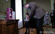 Зеленський подарував ляльку дівчинці, яку залишили без подарунка у дитсадку. ФОТО