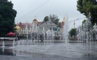 Луцький фонтан чомусь працює і в дощ. ФОТО