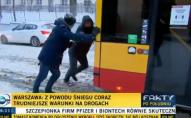 У Варшаві білорус з репортером виштовхали буксуючий автобус. ВІДЕО