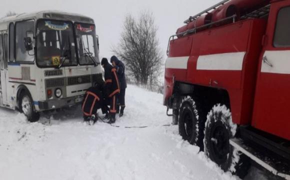 На Волині в снігу загруз шкільний автобус з дітьми. ФОТО. ВІДЕО