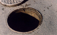 Чоловіка заварили в каналізаційному колодязі