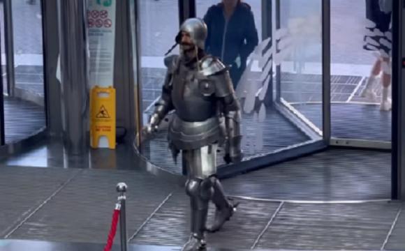 «Не проходите через дрес-код»: у ТРЦ не впустили лицаря. ВІДЕО