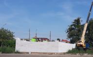 У центрі Луцька захопили земельну ділянку та за ніч звели майже триметрові стіни