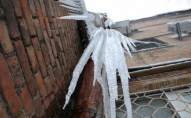 У Луцьку на таксі з даху будинку впала величезна льодова брила