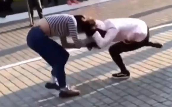 Через коментарі в соцмережі: біля магазину побилися дві жінки