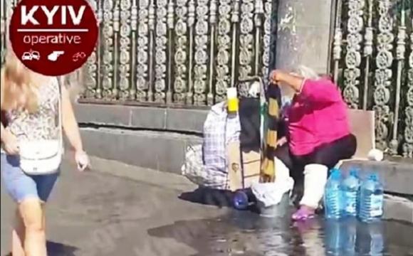 Безпритульна влаштувала велике прання на вулиці ледь не у центрі Києва. ВІДЕО