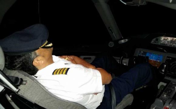 Як заснути за 2 хвилини: методика американських пілотів