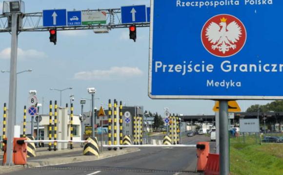 На польському кордоні українця розчавили дві вантажівки