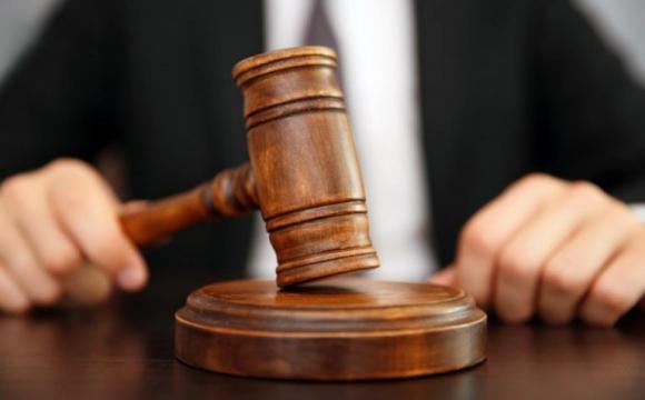 Суд заарештував киянку, яка викинула з вікна трирічного сина