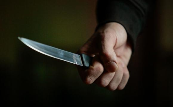 Чоловік всадив ножа у шию 24-річному сусіду