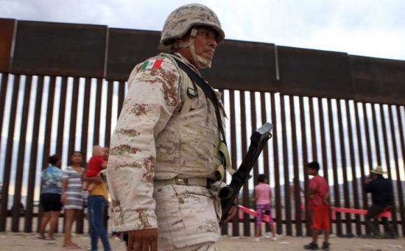 На кордоні США і Мексики поставили гойдалки-балансири . ФОТО