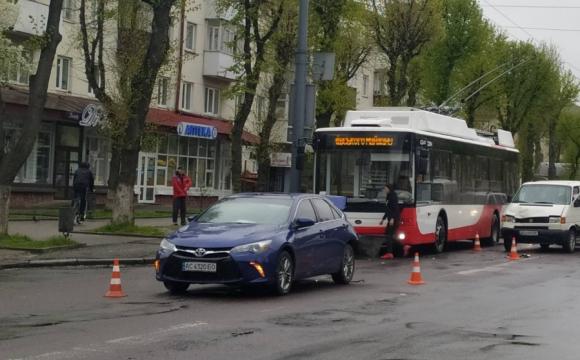 На центральній вулиці Луцька ускладнений рух через ДТП. ВІДЕО