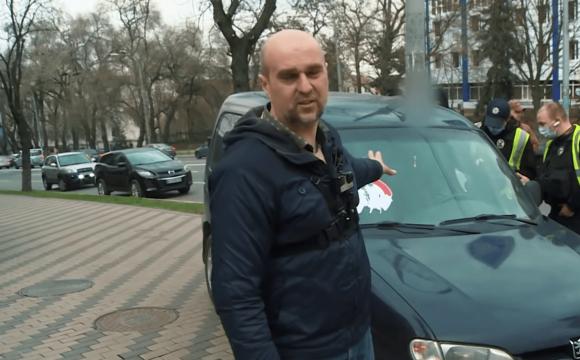 У Києві водії перетворили тротуар на паркінг: як з цим боряться небайдужі. ВІДЕО