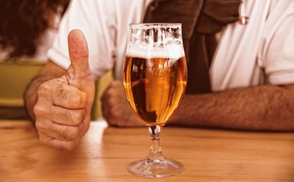 Чоловік купив пива на 7 доларів, а чайових залишив 3000. ФОТО