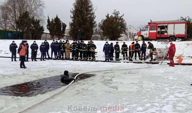 Волинські рятувальники тренувалися рятувати людей з крижаної води. ФОТО