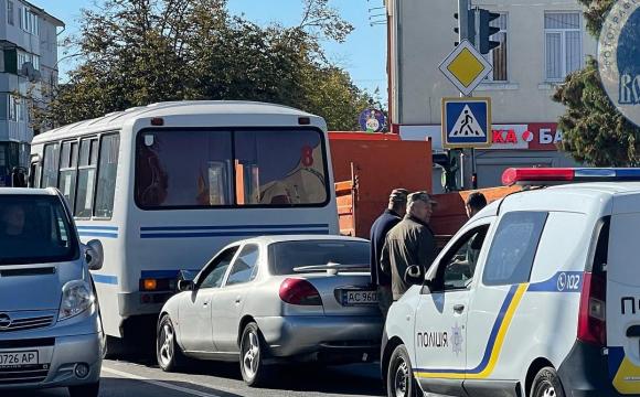 У місті на Волині легковик в'їхав у пасажирський автобус. ФОТО
