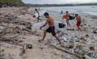 Елітний пляж на Балі засипало пластиком з океану. ФОТО