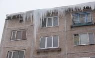 Луцькі муніципали наказують власникам будинків вчасно знімати бурульки. ФОТО