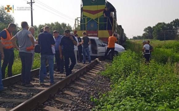 На Львівщині поїзд протаранив авто, загинула жінка. ФОТО